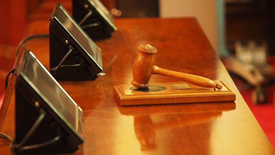 Asseverare, legalizzare o giurare? Quando il traduttore entra in Tribunale: il corso
